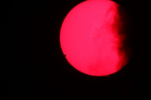 Soarele tranzitat de Venus, de nori și marcat de protuberanțe 06.06.2012